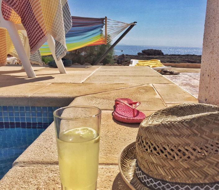 Der Apteritif mit Gin und Lemon auf Menorca heißt Pomada