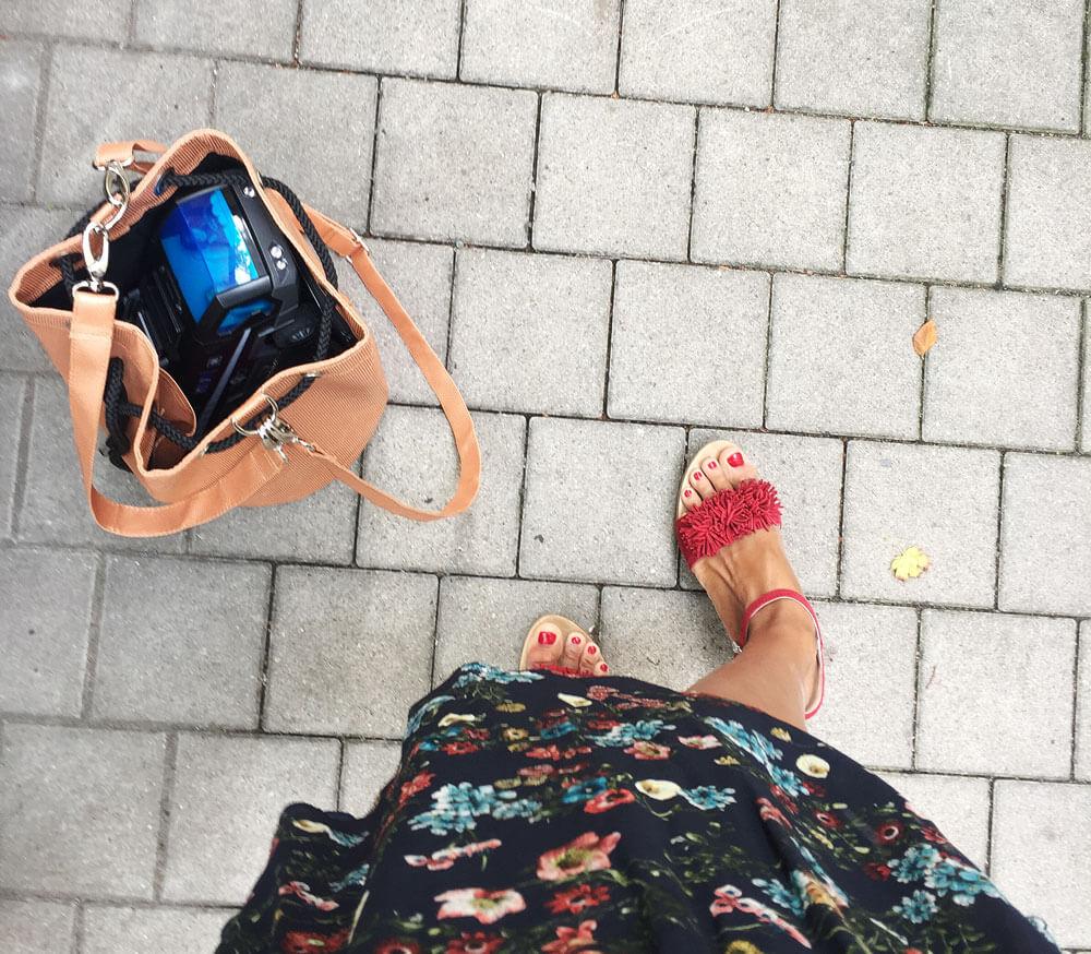 Die roten Schuhe mit Bucket Bag