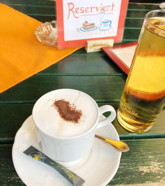 Cappuccino im Restaurant Vilsalpsee