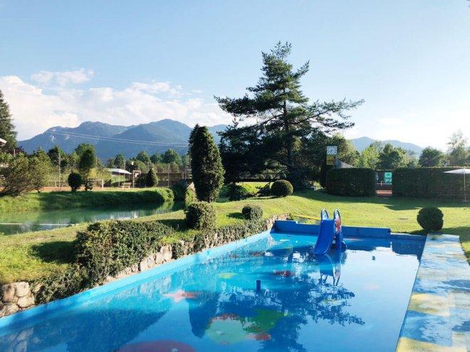 Schwimmen im Alpenbad in Arzbach
