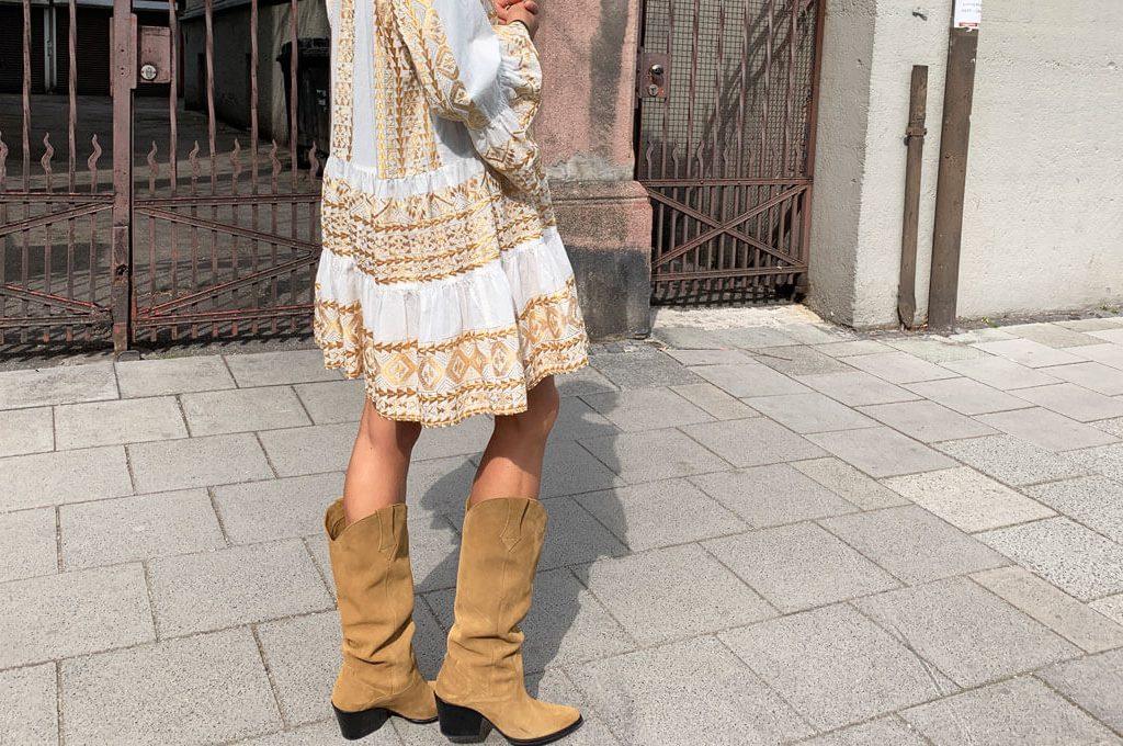 Wie trägt man Cowboystiefel? Ein Cowboystiefel Outfit für Mamas