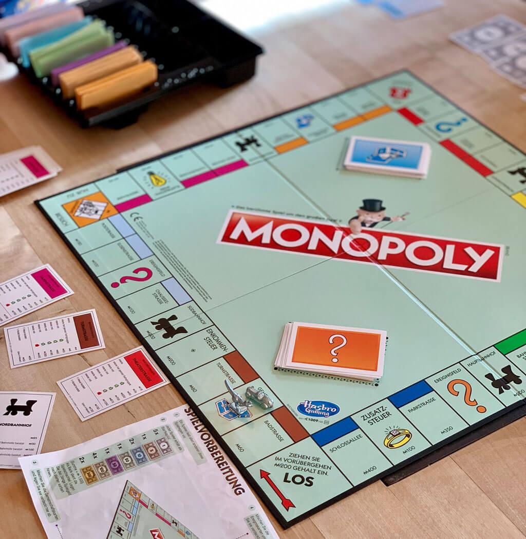 Monopoly spielen mit Kind