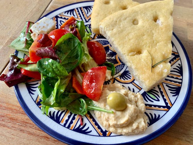 Focaccia mit Tomaten, Salat und Hummus