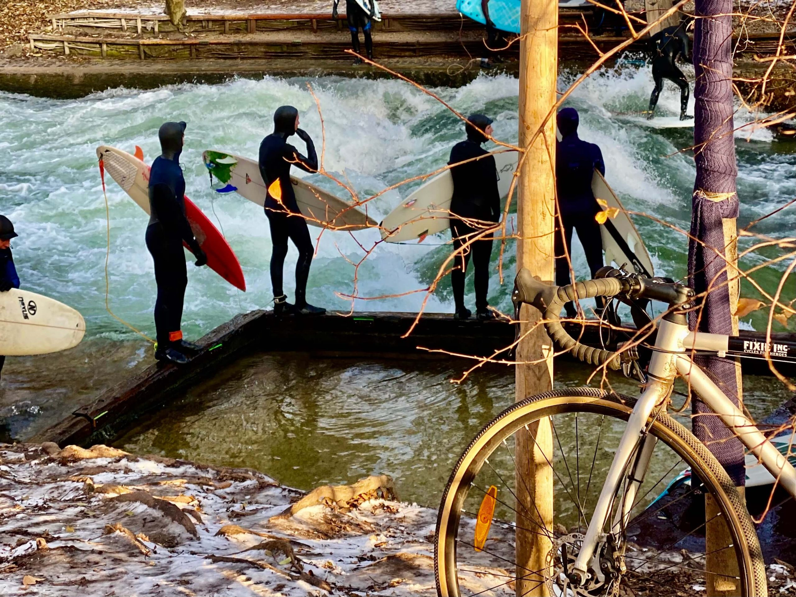 Surferwelle Eisbach München im Winter